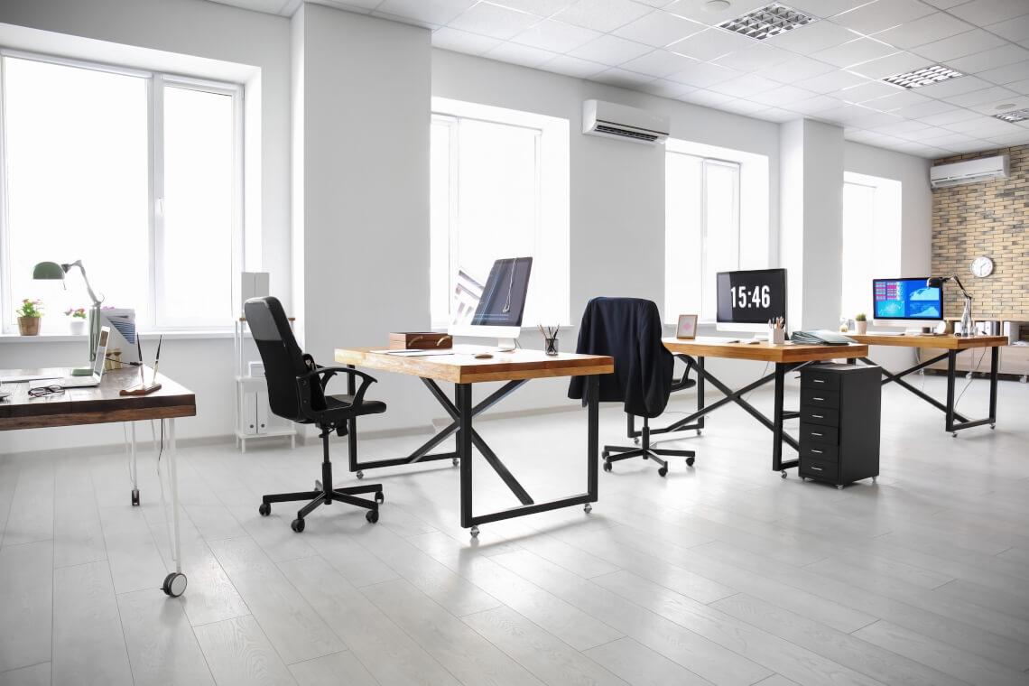 Jakie są najmodniejsze style w aranżacji biura?