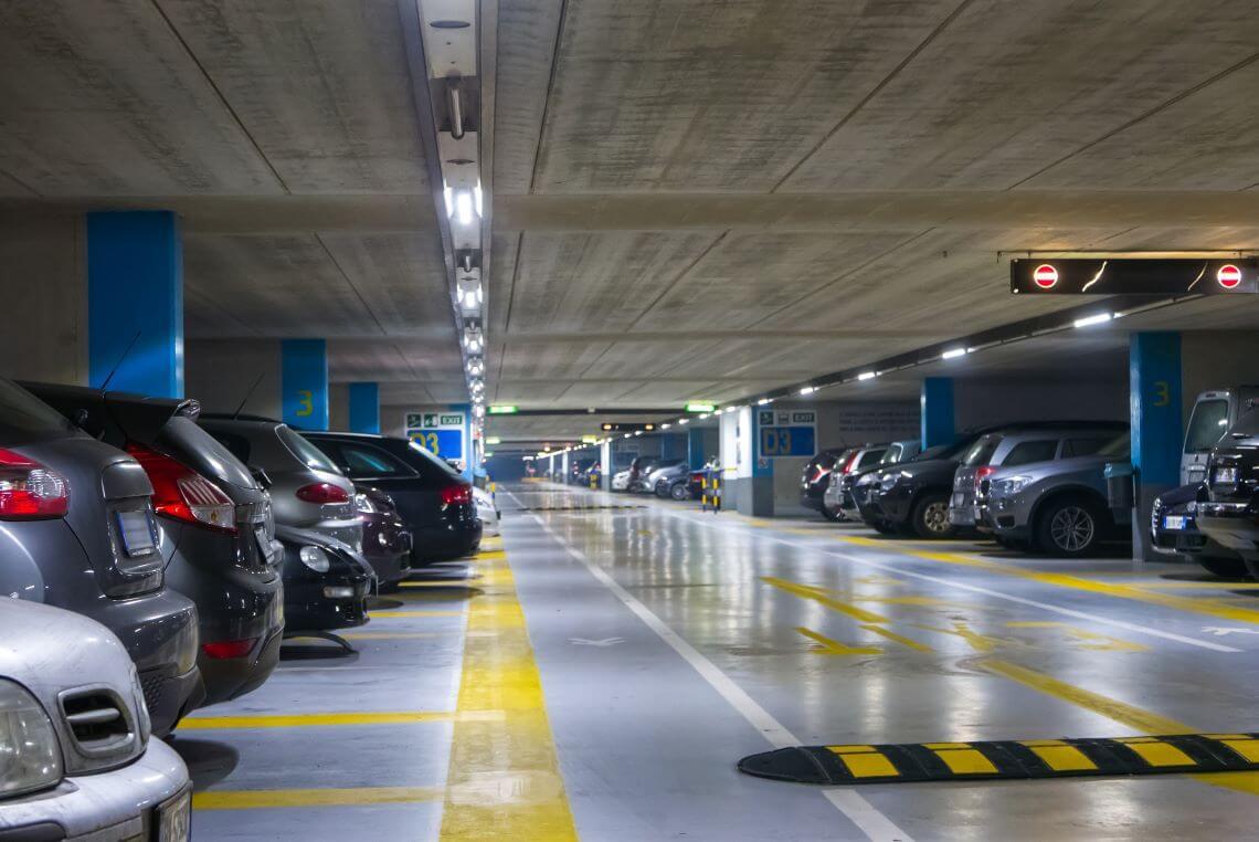 Jaki jest koszt wynajmu miejsca parkingowego w biurze w Chorzowie?
